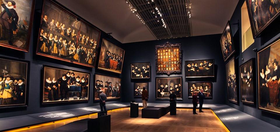 Экспозиция картин в музее Амстердама