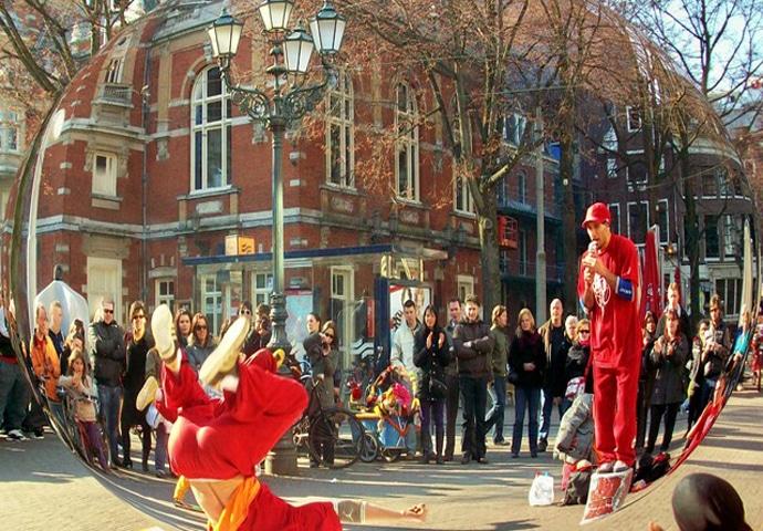 уличные артисты в Амстердаме на площади Лейдсеплейн у отеля Hampshire Hotel - Amsterdam American