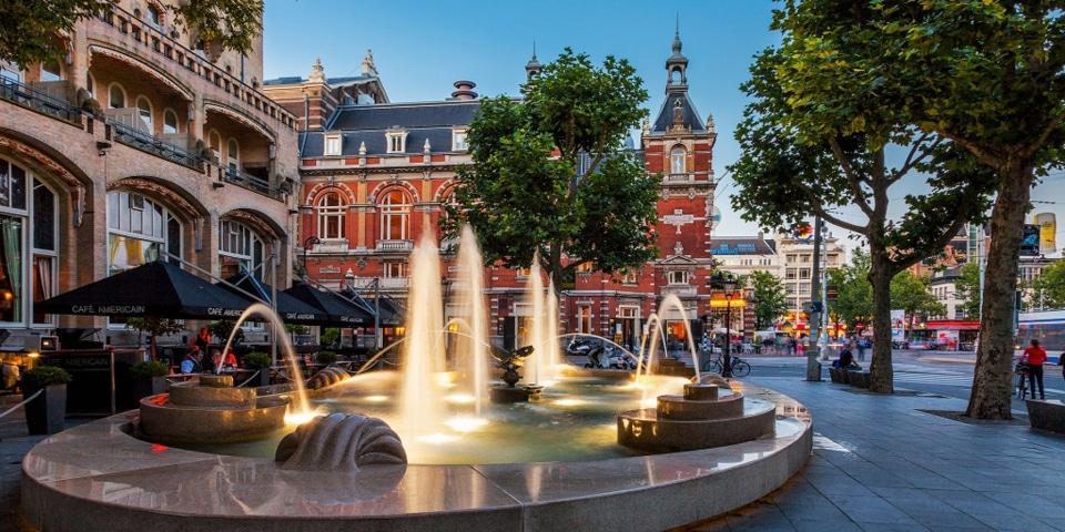 вид на театр Стадссхавбюрг на площади Лейдсеплейн в Амстердаме