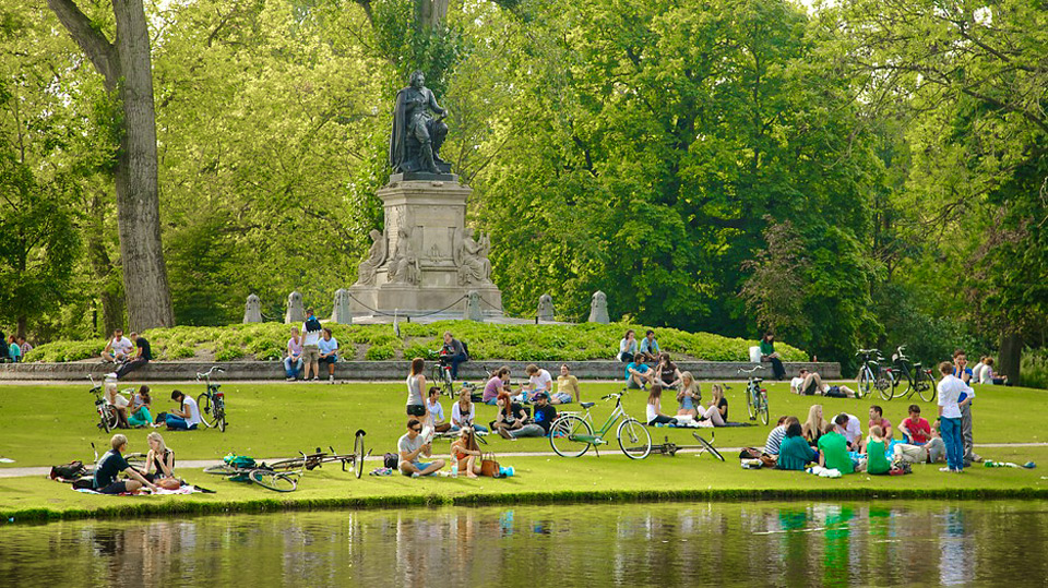 памятник Йосту ванн ден Вонделу в Амстердаме