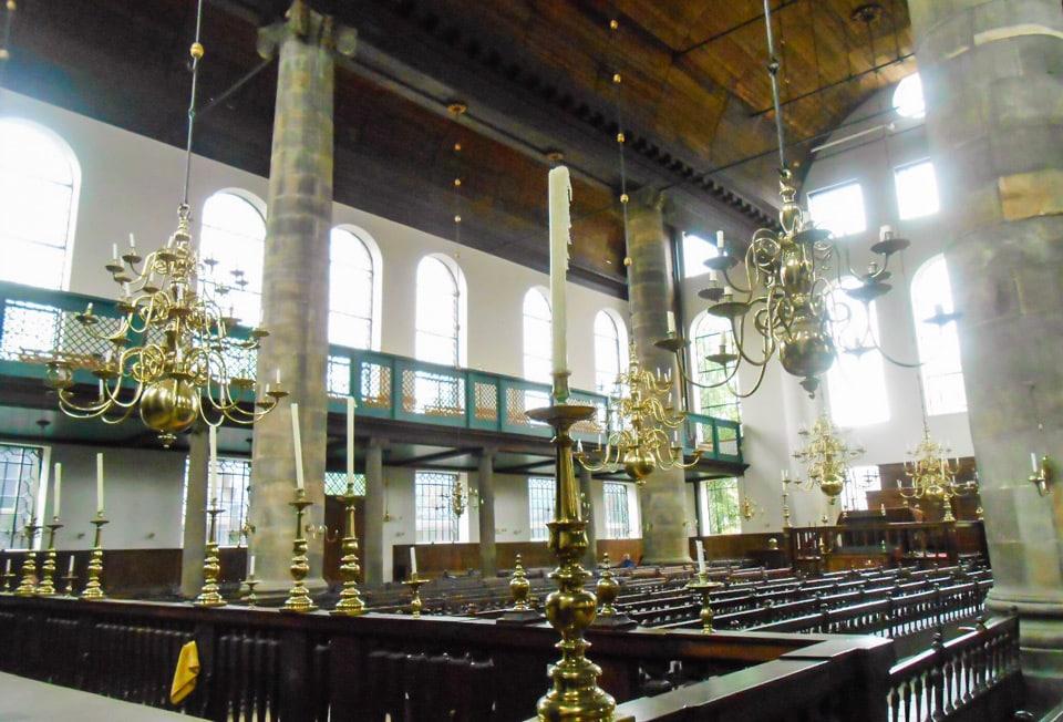 colonne di marmo e pavimenti in legno nella sinagoga portoghese di Amsterdam